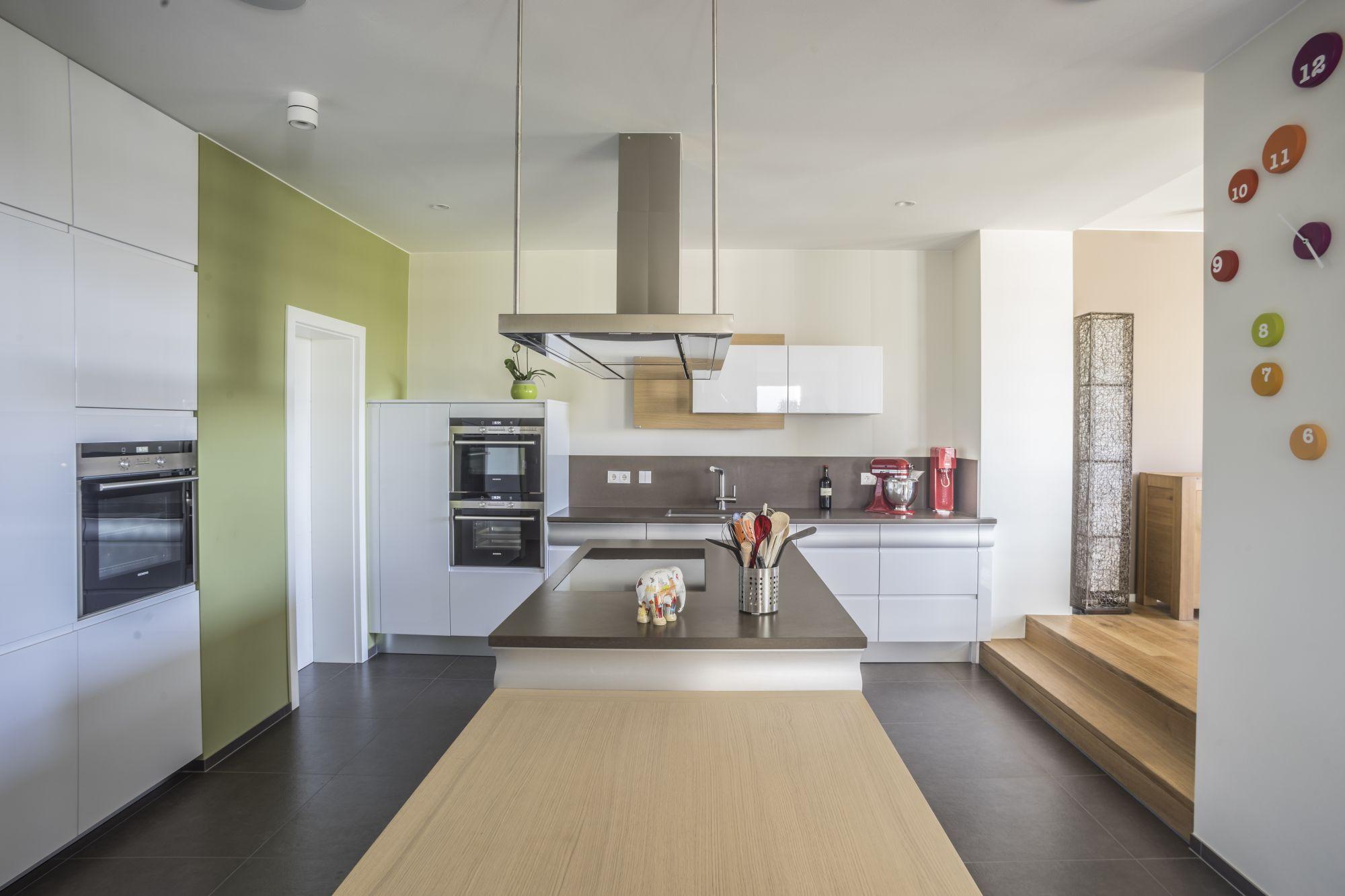offene Küche mit wandbündigen Hochschränken
