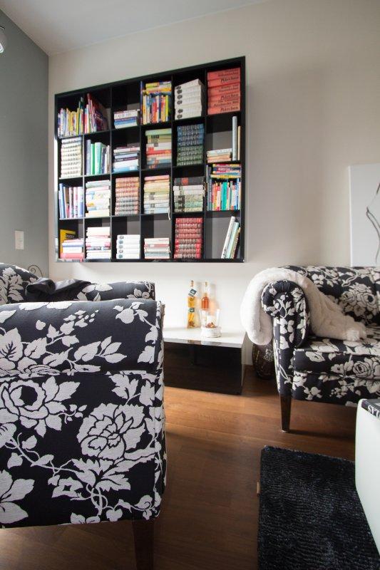 hängendes Regal für Bücher mit Unterschrank in schwarz-weiß lackiert
