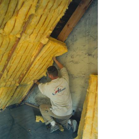 Trockenbauer isoliert Dachstuhl