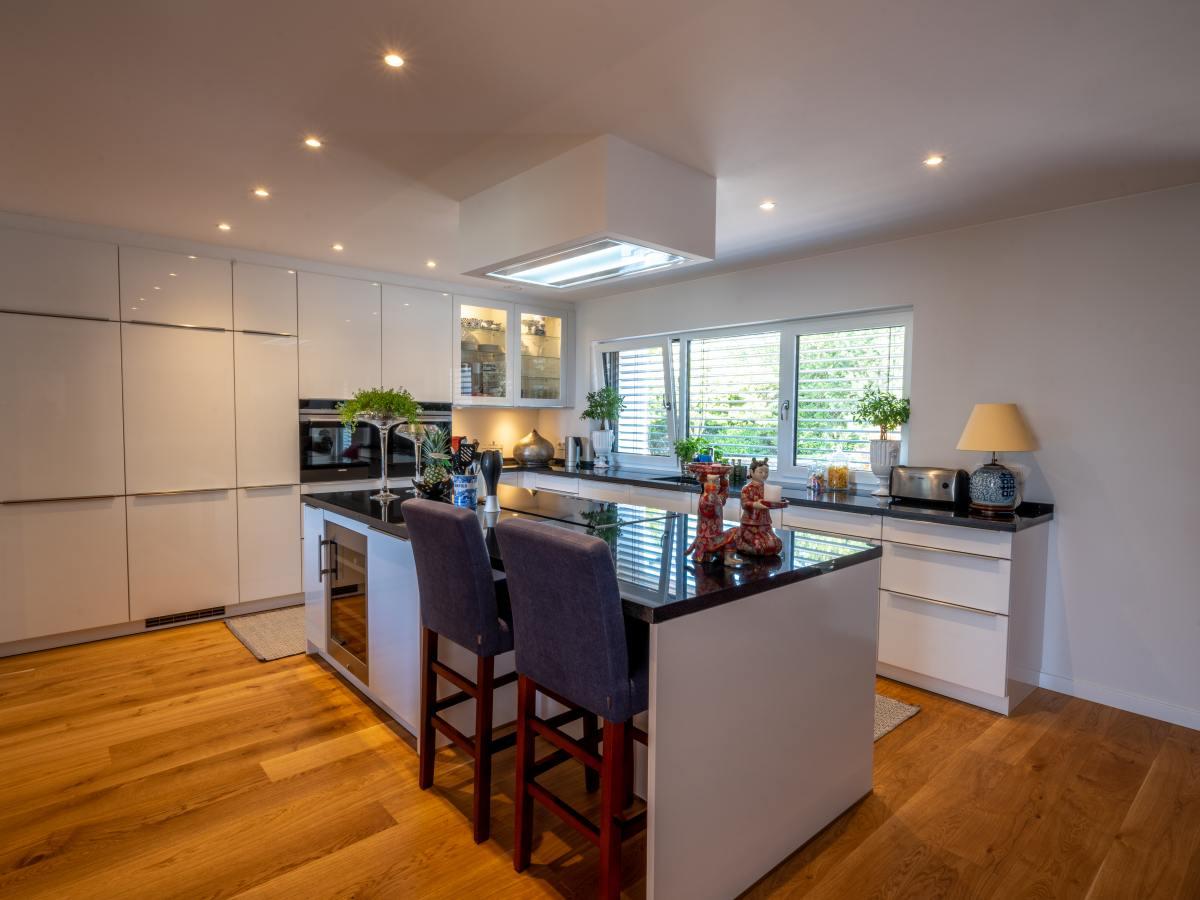 offene Küche mit Kochinsel und Dunstabzug