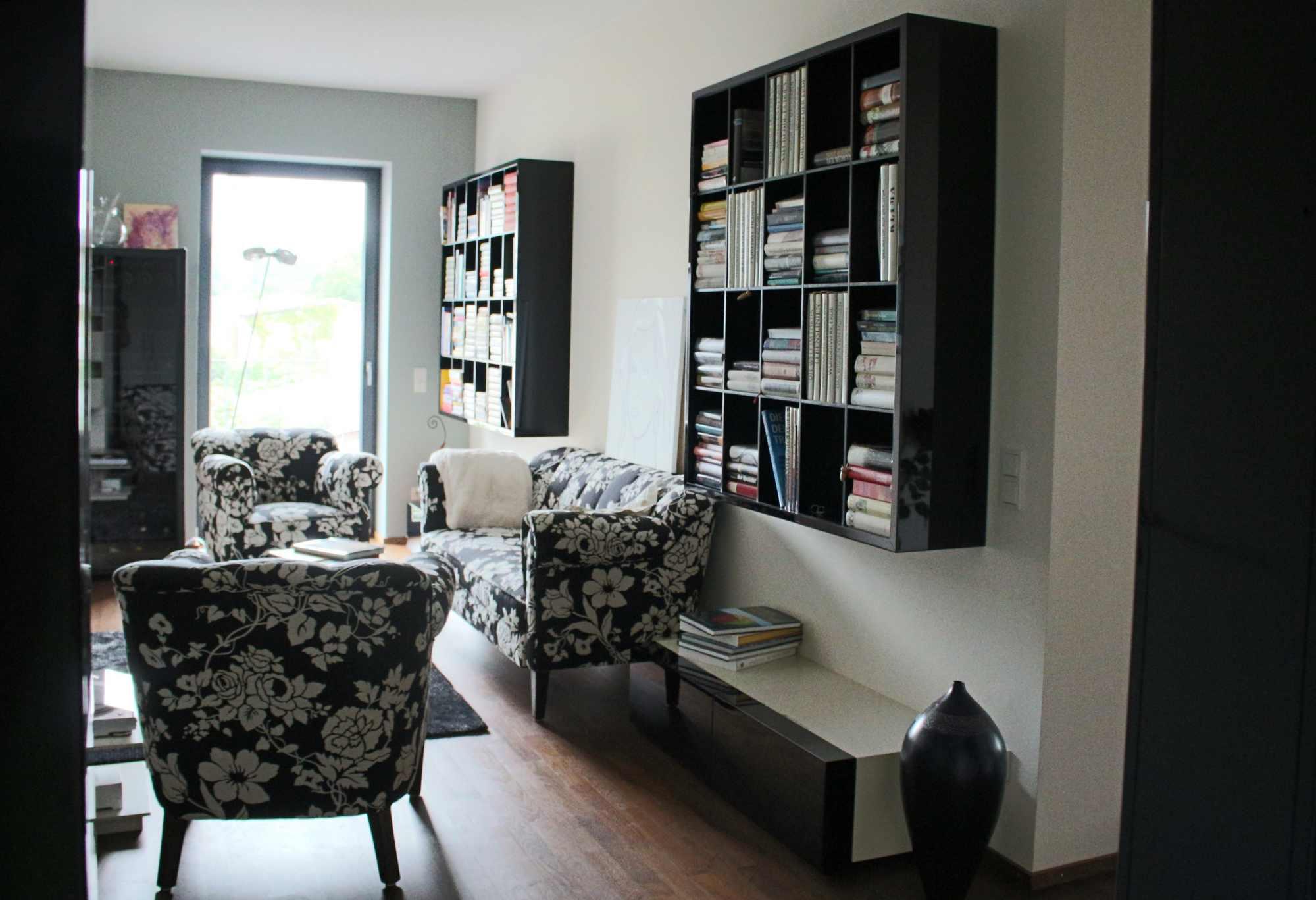 wandhängende Bücherregale in Hochglanz schwarz lackiert