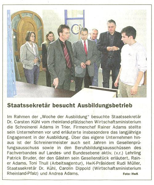 Zeitungsartikel in der Kammerzeitung über den Besuch von Staatssekretär Dr. Carsten Kühl bei Schreinerei Adams in Trier