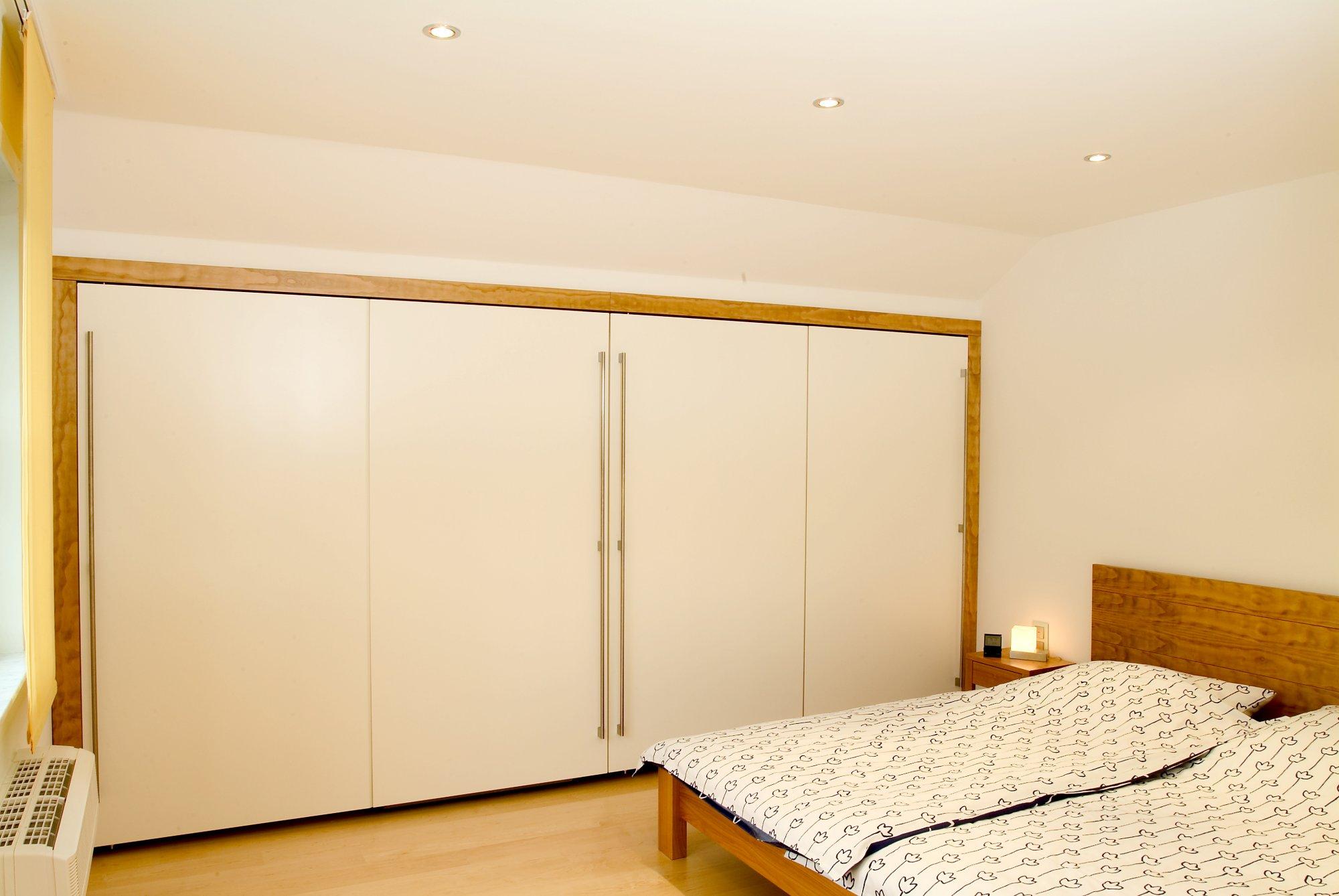 begehbarer Kleiderschrank unter der Dachschräge mit Doppelbett