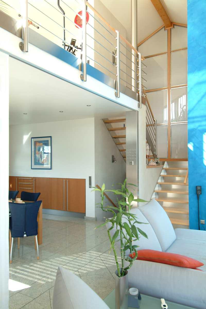 Treppenlauf mit Zwischenpodest und Glastrennwand mit Milchglas