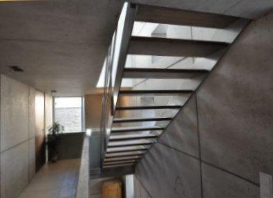 Treppenhaus mit Sichtbeton und Wangentreppe ohne Setzstufen
